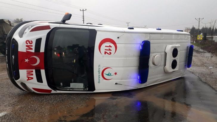 İslahiye'de ambulans devrildi: 2 yaralı