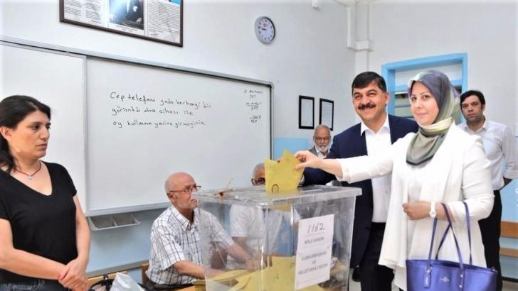 Fadıloğlu eşi ile birlikte oy kullandı