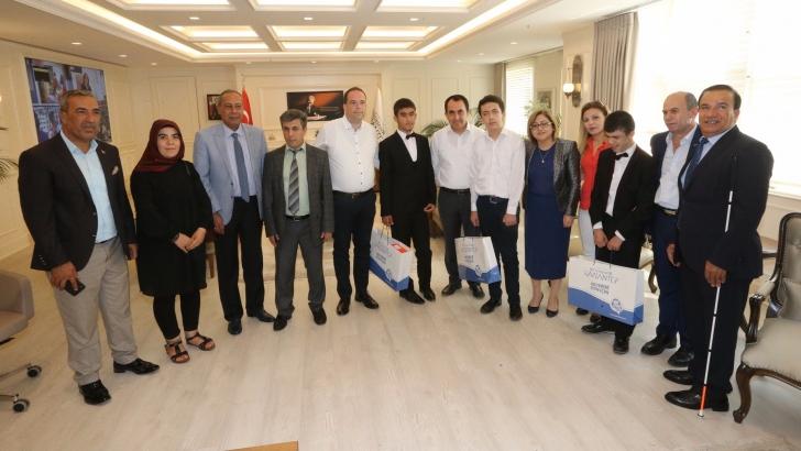 Şahin, görme engelli öğrencileri ağırladı