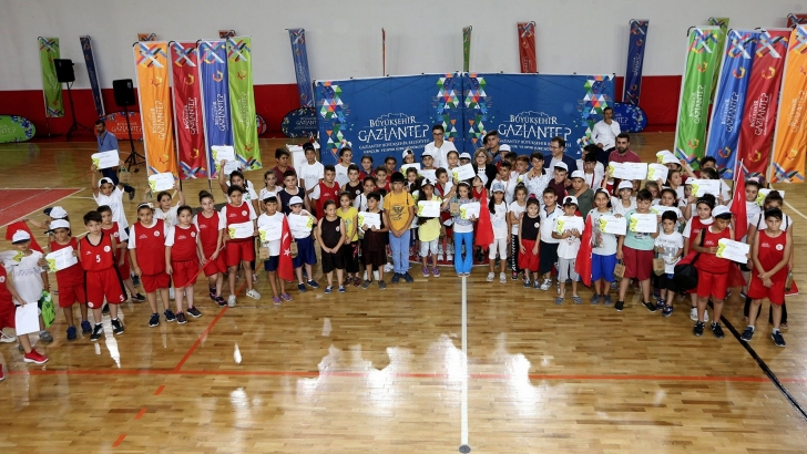 Binlerce çocuk sertifikalarını aldı