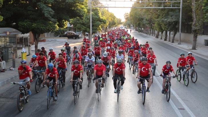 Tahmazoğlu, vatandaşlarla zafer için pedal çevirdi