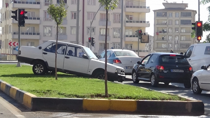 Tekeri patlayan araç karşı şeritten gelen başka bir araca çarptı