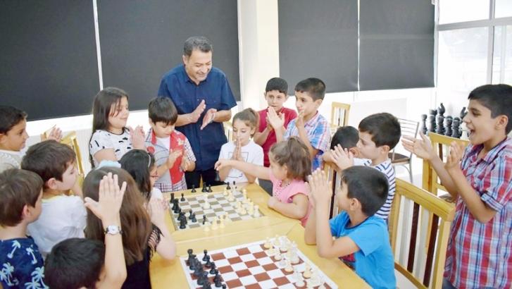 Satranç figürleri ile eğlenerek öğreniyorlar