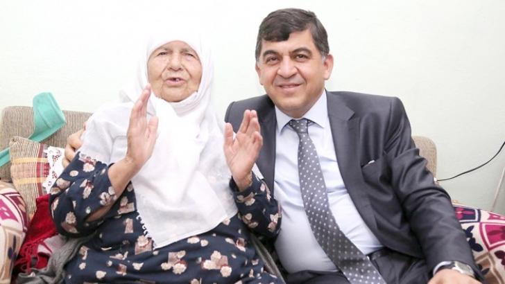 Fadıloğlu yaşlıların hayır duasını alıyor