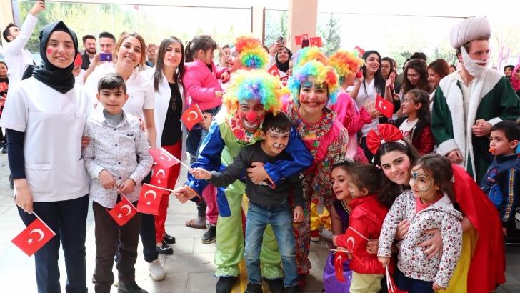 HKÜ'lü öğrencilerden çocuklara 23 Nisan bayramı