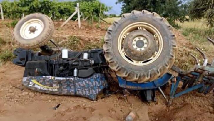 Devrilen traktörün altında kalarak öldü