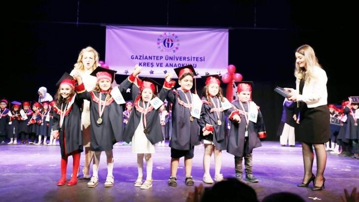 GAÜN'de minik öğrenciler diplomalarını aldı