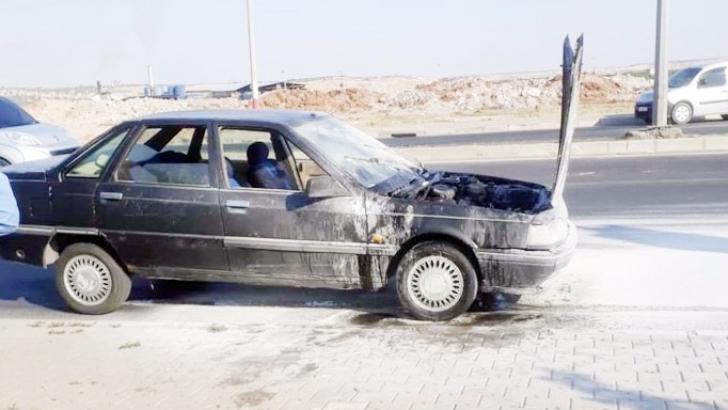 Trafik ışığında duran otomobil alev aldı
