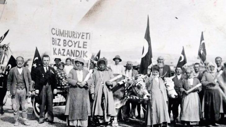 CUMHURİYETİ GÖRKEMLİ KUTLAMAK ŞART OLDU !..