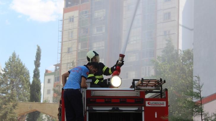 11 katlı binanın çatısında yangın