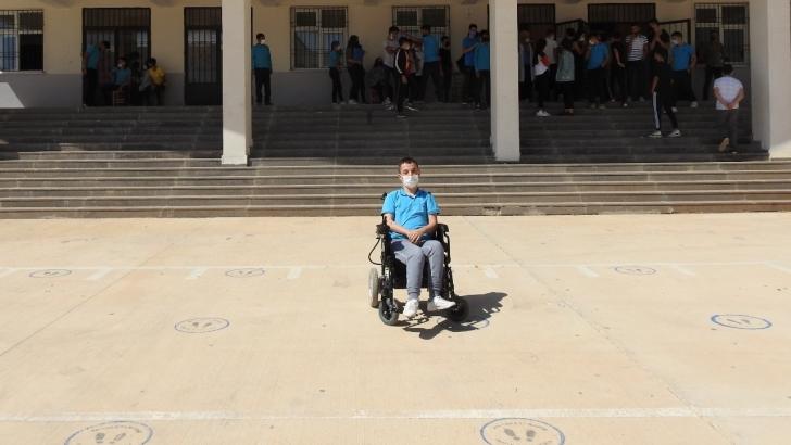 Engelli gence Fatma Şahin sahip çıktı