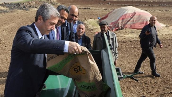 Çiftçilerle tohum ekti