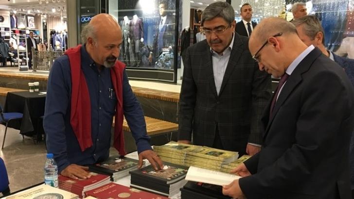 Şimşek, Ali Atalar'ın kitap standını ziyaret etti