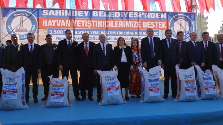 Şahinbey Belediyesi'nden hayvan yetiştiricilerine  yem desteği