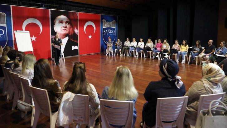 """SANKO OKULLARI'NDA """"ETKİLİ EBEVEYNLİK EĞİTİMİ"""" VERİLDİ"""