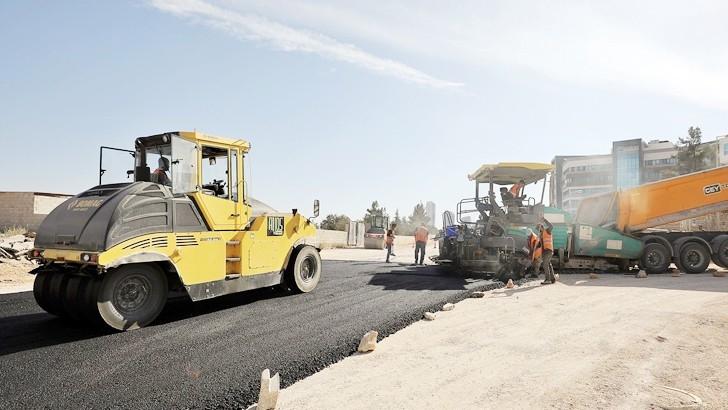 Osmangazi Mahallesi'nde yeni açılan yollar asfaltlanıyor