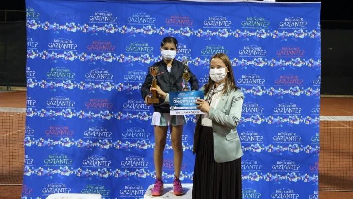 GKV'li Ayda Akçayöz teniste çifte şampiyonluk kazandı