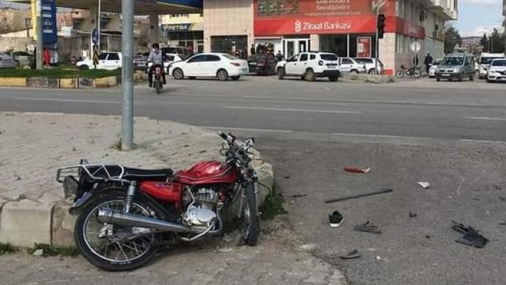 Hafif ticari araçla çarpışan motosikletin sürücüsü hayatını kaybetti