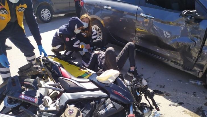 Motosiklet, otomobile çarptı: 2 yaralı