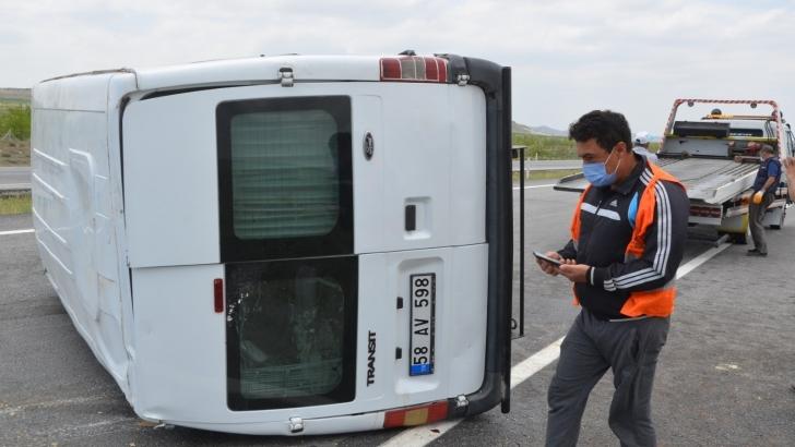 İşçileri taşıyan minibüs devrildi: 4 yaralı