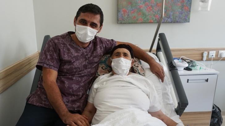 81 yaşındaki kadın ameliyat ile göğsündeki tümörden kurtuldu